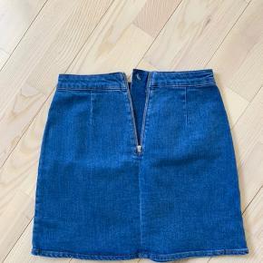Smuk, højtaljet denim nederdel. 🌸 Brugt 2 gange. 🌸 Sælges grundet flytning. 🌸 Køber betaler porto.