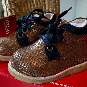 7e129c7b81a6 Varetype  NYE sko i skind Størrelse  20  21 Farve  Guld