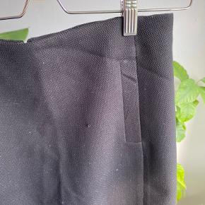 Nederdel i str 2 - svarer til small. Har lille snor der stikker ud. Se billede