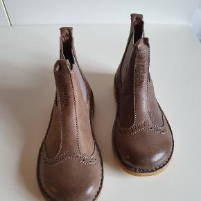Helt nye.   BESKRIVELSE  Flot chelsea støvle fra Bisgaard i lækkert skind med fint hulmønster. Elastik i begge sider, så den er nem at komme i. Tyndt skind foer og lækker rågummisål. Denne støvle er en del af Bisgaard s spire kollektion.  Indvendig mål: Str. 30: 19,9 cm