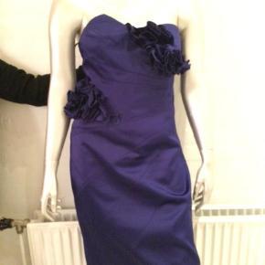 Varetype: Midi Farve: Blå Oprindelig købspris: 2875 kr.  Elegant kropssnæver spændende kjole, kan sende mål og flere billeder, den er så flot