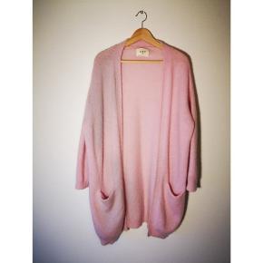 Lækker lyserød varm cardigan fra ENVII i str M/L  Brugt 2 gange  Søgeord: cardigan uld trøje bluse varm strik lyserød rosa Pink lækker