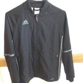 Fed Adidas windbreaker, som både kan bruges til sport eller hverdagstøj, er kun brugt et par timer. Np var omkring 400-500kr.