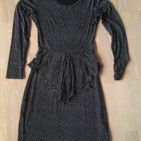 rigtig fin kjole, brugt 4 gange sælger den da den ikke får den brugt