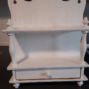 Sød lille hvid hylde. Kan hænges op som den er, med lidt patina eller males.  Højde 40 cm Bredde 30 cm