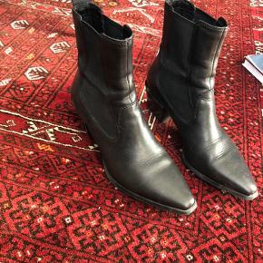 Betsy støvler fra Vagabond.  Brugt en håndfuld gange så med brugstegn, men fremstår flotte.  Imprægneret af to omgange.