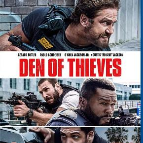 3242 - Den of Thieves (Blu-ray) Dansk Tekst - I FOLIE   Den of Thieves I Los Angeles' kriminelle miljø følger vi en bande succesfulde bankrøvere og den eliteenhed, som prøver at fange dem. Den nådesløse gangster Ray Merrimen (Pablo Schreiber) og hans bande planlægger et tilsyneladende umuligt kup mod USA's topsikrede centralbank i Los Angeles. En eliteenhed, anført af den lige så barske politimand 'Big Nick' O'Brien (Gerard Butler), er på sporet af de kvikke røvere og sætter alt ind på at fange dem. Den of Thieves er lige dele spændingsmættet actionfilm og psykologisk drama og giver den klassiske formel med politi og røvere et tiltrængt boost, hvor linjen mellem de gode og onde er udvisket.