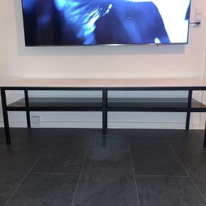 Marmor tv-bord i hvid/sort  Længde: 160 cm  Højde:51 cm  Bredde: 45 Materiale: marmor, røg grå glas plade og metal ben  Tv-bordet blev leveret idag, den er kun blevet pakket ud og bygget.