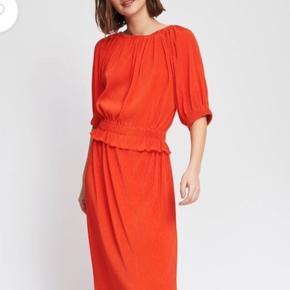 Kun brugt en gang. Flot orange farve og modellen giver en flot figur.