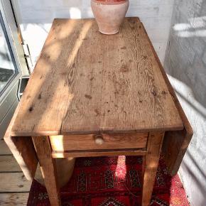 Fint, gammelt klapbord fra 1800-tallet i eg og bøg med skuffe i hver ende. H: 60 cm L: 86 cm B: 52 cm - med plader klappet op: 86 cm.  Fremstår i aldersrelateret brugsspor.  Kan leveres til Århus/Kbh mod forudbetaling