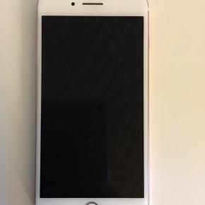 Har overfladiske ridser, som kan mærkes med neglen, men skærmen er ikke i stykker. Den virker upåklageligt. IPhone 7 plus