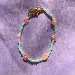 Perle armbånd med blomster 💮 Prisen er fast og inkl Porto med postnord