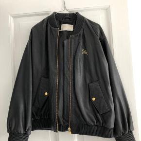 #secondchancesummer Mega sej læderfrakke fra Stine Goya. Jeg er selv en Small og har brugt denne i XL og den virker lidt som en oversize jakke, ville dog selv bedømme den som en Medium.