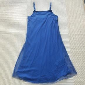 Isabell Kristensen blå stropkjole str S. Kjolen er i to lag. Brystvidde ca 2x 41cm og længde ca 97 cm. Matr 100% viscose jersey