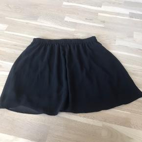 A-snit / a-formet nederdel Gennemsigtig yderstof med underkjole.  Let og behagelig at have på, og egentligt bare rigtig fin! 😊