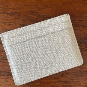 Lækker pung i hvidt læder fra Sandro. Mål: H: 7.5 cm, L: 10 cm og V: 0.5 cm.