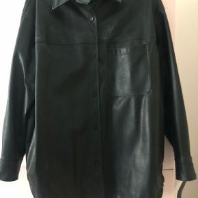 Oversized skjortejakke fra H&M i pu læder.