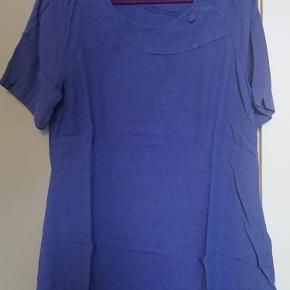 Lavendelblå halvlang (midt på låret) tunika fra UNO. Sælges pga vægttab.