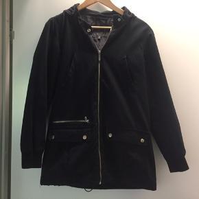 Sort jakke sælges. God men brugt.  Byd Byd Byd Bytter også