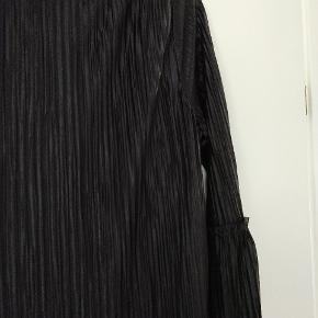Plisseret kjole fra VILA, kjolen går til knæene og har 3/4 ærme. Aldrig brugt.