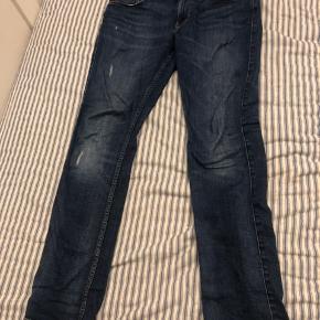 Bukserne er købt for nogen uger siden er blevet brugt 2 gange. Størrelsen er 31/32, normalpris er 900 kr.