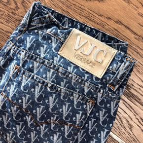 Versace jeans med cool print  Svarer ca til en str M, mål står på billede 2 :)   Mp 400kr