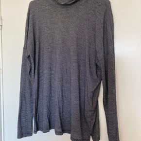 Sort/grå stribet bluse fra VILA i størrelse Medium. Den er brugt få gange. Den kan afhentes i Egå eller sendes på Købers regning.