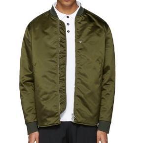 Mylon jacket, har købt den til min kæreste men har aldrig gået med den. Nypris 4000kr kom med bud, skriv for billeder