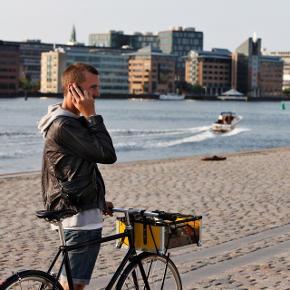 ⚜️ Cykelkurv fra MAIK  ⚜️ Håndbygget i København    ⚜️ Passer på de fleste cykler    ⚜️ NP 1500kr   Detaljer: Unik cykelkurv fra MAIK med Adam Hall flightcase beslag, gul Alu/PE og gennemsigtige sider i polycarbonat, EPDM gummi kant. Custom designet monteringsbeslag, rustfri bolte og møtrikker, sort bundmåtte i 5mm blød TPE skum og blågrønt elastiknet medfølger i prisen.   Spritny og den absolut sidste i min varetægt.