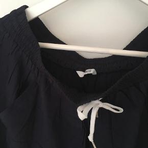 Varetype: Andet Farve: Blå Prisen angivet er inklusiv forsendelse.  Sød nederdel med lommer.   Bytter ikke.   Sender med dao.