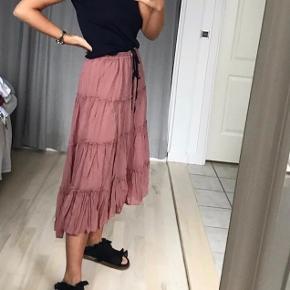 Fin nederdel i støvet rosa. Kom med et bud
