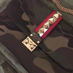 Sælger denne limited edition Valentino Lock Bag i camo med guld hardware, da jeg desværre ikke får den brugt. Kvitt, dustbag samt æske medfølger  Kom med bud, bytter ikke