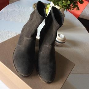 24fe68854b3 Brand: ivylee Copenhagen Varetype: støvler Farve: Dark Grey Oprindelig  købspris: 1600 kr