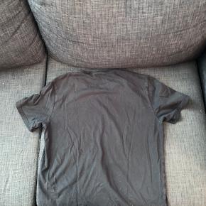 En fed tshirt som jeg er vokset ud af. Der er ikke nogle huller eller pletter på God stand