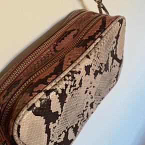 Så smuk taske fra MANGE. Kan indeholde alt det nødvendige. Brugt 2 gange.