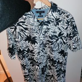 Sælger denne lækre sommerskjorte fra Tommy Hilfiger. Den er brugt en del, men slet ingen tegn på brug.