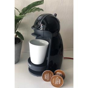 Super god Dolce Gusto kaffemaskine inkl forskellige kapsler! ✨ Nem at anvende, kan indstilles til kold/varm vand og dertil kan bunden justeres så den passer til alle kopper! 🙌🏼  Maskinen kan lave flere varianter af kaffe, kakao, the mm! ☕️
