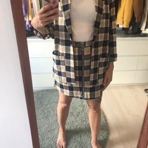 Ternet sæt fra Monki, næsten ikke brugt. Nederdelen har lynlås hele vejen ned og lommer og jakken er lidt oversize. Mega gode sammen eller hver for sig ☺️