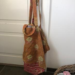 Skøn kæmpetaske i IKEA-taske facon. 80x40x35 Syet af vintage Kantha quilt. Ideel til weekendtaske, sengetøj, strand, sejltur. Kraftig og holdbar. Kan vaskes på 40 grader. Se også mine over 100 andre skønne annoncer 💕