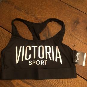 Sports bh fra Victoria's Secret. Helt ny og aldrig brugt. Har prismærke i.