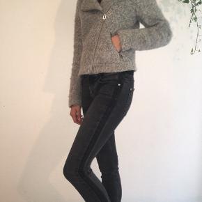 Elegant kort jakke fra H&M str. XS sælges. Jeg sender gerne ved betaling med MobilePay. Porto DAO eller GLS 45 kr. se også mine andre spændende annoncer. Obs. Tasken et også til salg😉