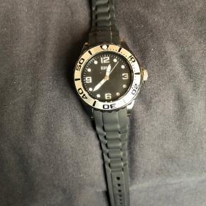 Sælger dette ur i mærket Mango. Det er næsten ikke brugt det fejler intet udover det skal hane nyt batteri.  Det er helt sort med silikone rem og er et unisexur. Vandtæthed 30m. Det har slidstærkt mineralglas som beskytter mod ridser og stød så derfor også en flot og praktisk ur til børn     Skriv gerne for mere info