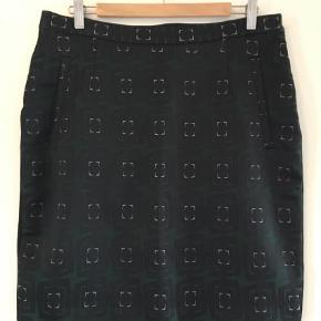 Varetype: Pencil Størrelse: 44 Farve: Black,  Grøn,  Hvid Oprindelig købspris: 1000 kr. Kvittering haves. Prisen angivet er inklusiv forsendelse.  Super flot nederdel, kun brugt få gange. Sort stretch på bagsiden