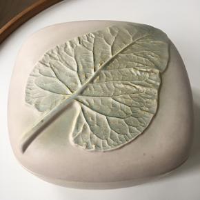 Den smukkeste keramik skål med låg. Farven er sart lyserød. Uden afslag. Højde 10 cm. Længde/Bredde 19 cm
