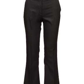 Super fede kassebukser. Det ene bukseben mangler et sting for neden, ellers fejler de intet.  Materiale: 76% polyester, 21% viskose, 3% elastane. Nypris: 1400kr