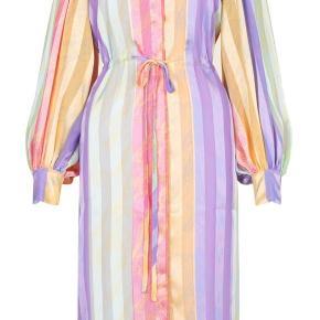 Har lige solgt min egen af denne smukke kjole og sælger nu min venindes.  Det er en str. L af den super fine regnbue kjole fra Stine Goya  Fast pris.  Billeder af min venindes kan sendes.