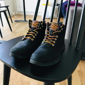Varetype: Timberland støvler Størrelse: 41.5 Farve: Sort Oprindelig købspris: 800 kr.  Sorte Timberland støvler i str. 41,5. Brugt meget lidt. Der følger to par snørrebånd med (begge originale).