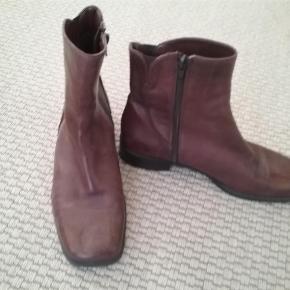 Lækker ankelstøvle i handskeblødt kalveskind - italiensk design.  Støvlen har et tyndt for helt ud i tå.  Ankel støvler Farve: Brun Oprindelig købspris: 800 kr.