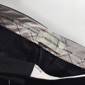 """By Malene Birger style """"Aurelianew"""" sorte bukser str. 36 (lidt store i str.) m. lynlås forneden ved foden, 2 lommer m. lynlås foran samt lynlås ved skridtet og 2 snydenummer bagpå 🦍 Nypris: 1.500 kr.   Byd gerne kan enten afhentes i Aarhus C eller sendes på købers regning 📮✉️"""