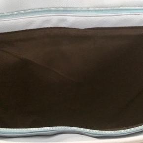 NY. Pæn stor shopper / skuldertaske /weekendtaske i lys blå , ikke brugt stadig med tags. Ikke-ryger hjem. Fra Piu Piu. Rigtig flot  Måler. 50  længde x 35 bredde cm